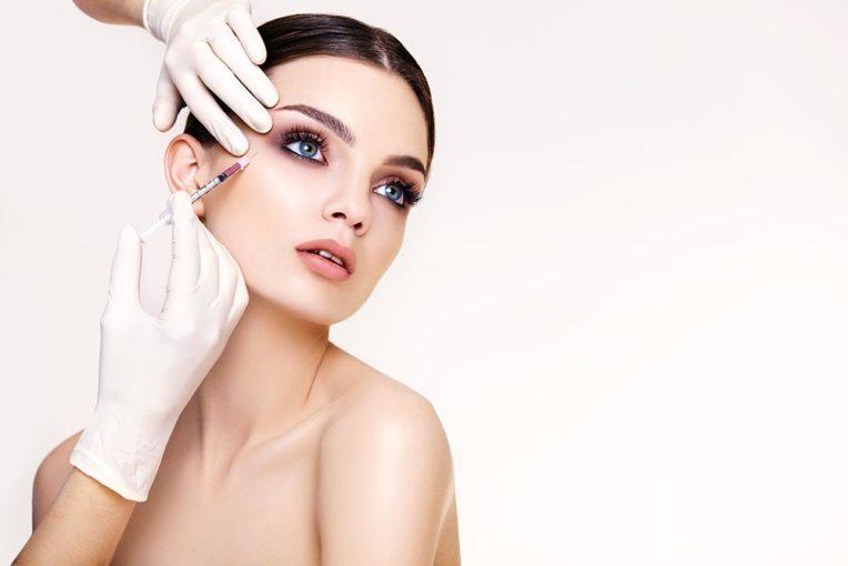 Kobieta podczas zabiegu botoksem na okolice oczu - Studio Elix
