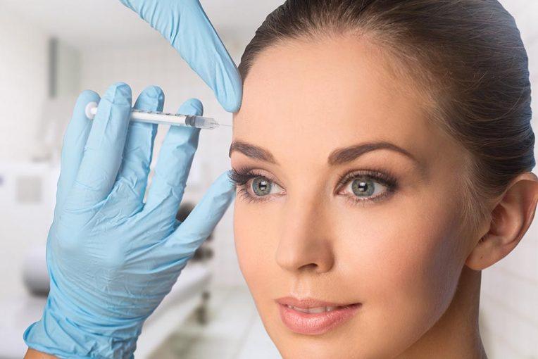 Kobieta podczas zabiegu botoksem na czoło - Studio Elix